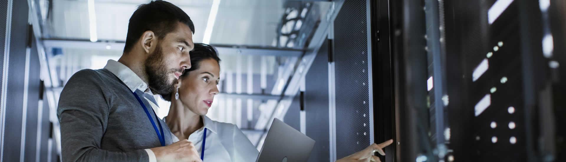Mitarbeiter Informatik IT Serverraum